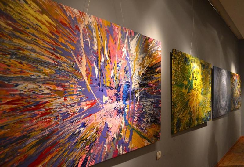 """Много света и ярких красок: в Баку открылась выставка литовского художника Марюса Каволиса <span class=""""color_red"""">- ФОТО</span>"""