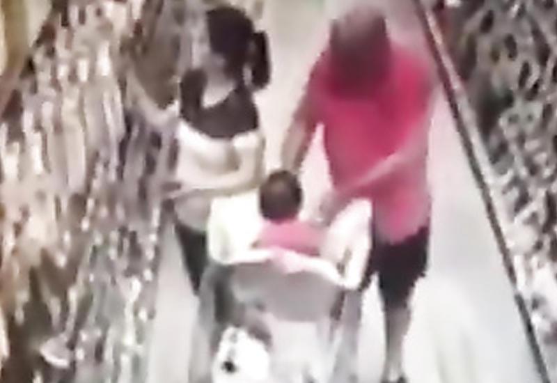 """Момент попытки кражи ребенка в магазине в США попал на камеры <span class=""""color_red"""">- ВИДЕО</span>"""