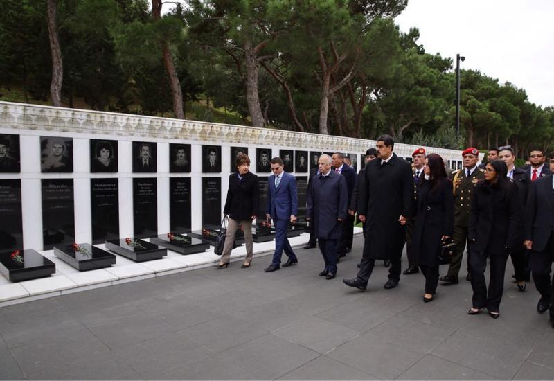 """Президент Венесуэлы посетил в Баку Аллею почетного захоронения и Шехидляр хиябаны <span class=""""color_red"""">- ФОТО</span>"""