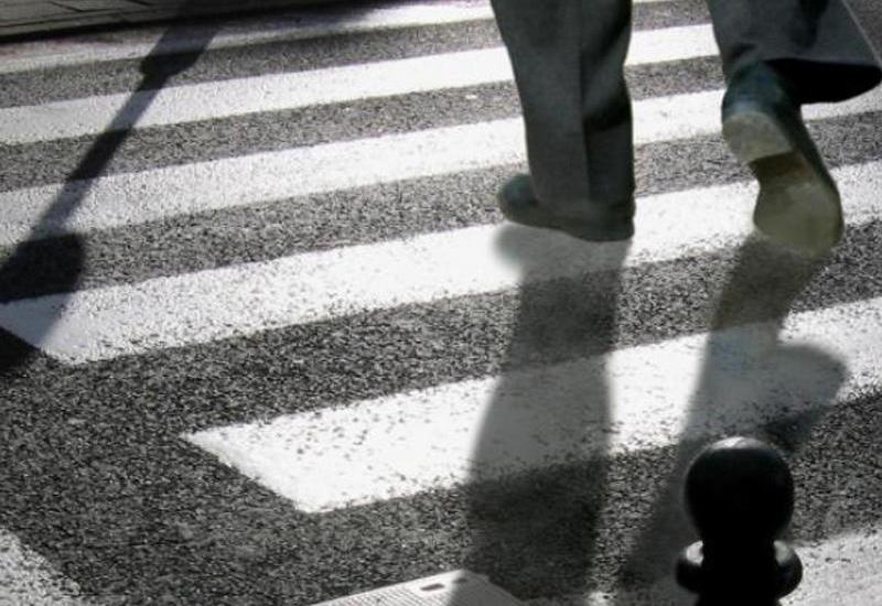 В Баку грузовик сбил парня на тротуаре