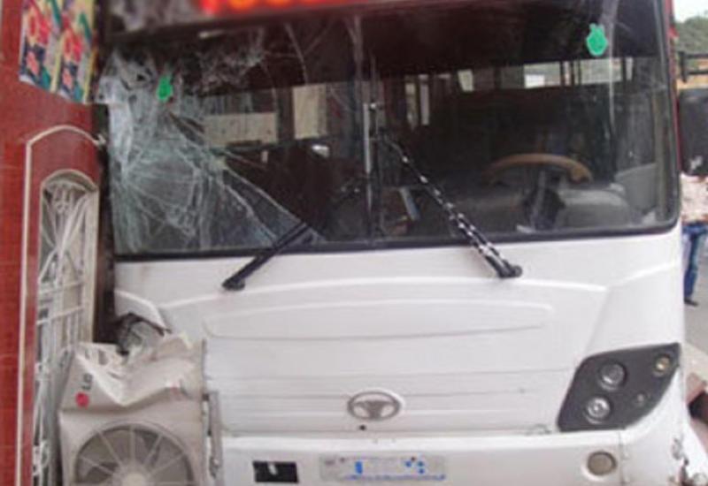 """Bakıda avtobus iki minik maşınını vurdu <span class=""""color_red"""">- FOTO</span>"""