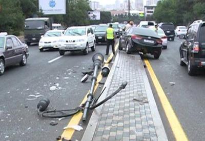 Автомобиль посольства США попал в аварию в Баку
