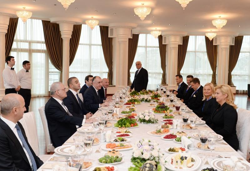Состоялся совместный рабочий обед премьер-министра Азербайджана и Президента Хорватии