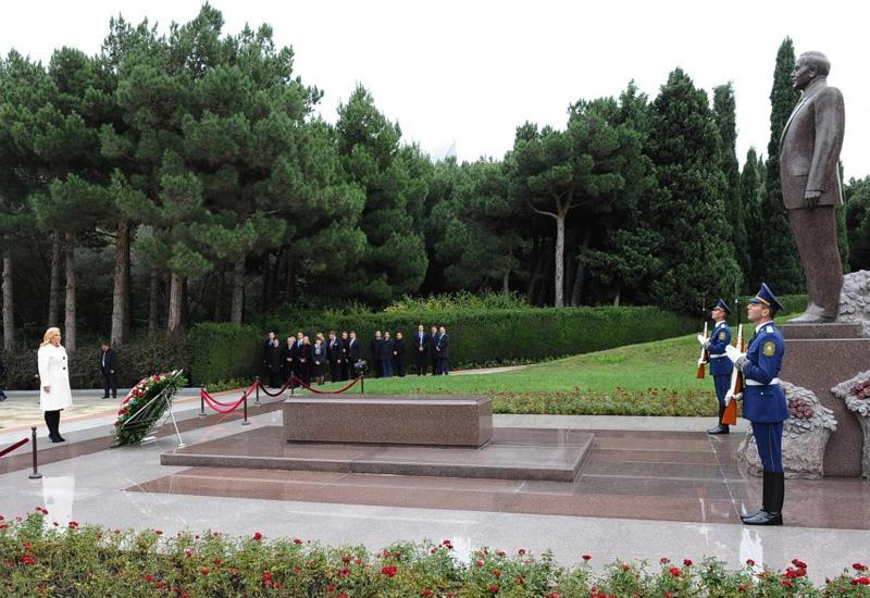 """Президент Хорватии посетила могилу Общенационального лидера Гейдара Алиева <span class=""""color_red"""">- ФОТО</span>"""