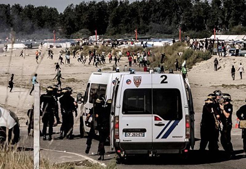 """Полиция применила слезоточивый газ и дымовые гранаты против мигрантов в Кале <span class=""""color_red"""">- ВИДЕО</span>"""
