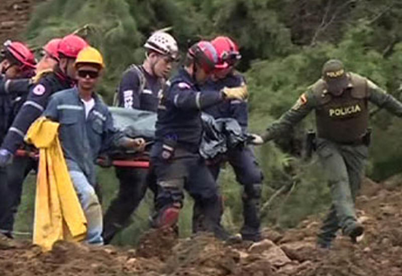 """В Колумбии оползень похоронил десятки машин вместе с людьми <span class=""""color_red"""">- ВИДЕО</span>"""