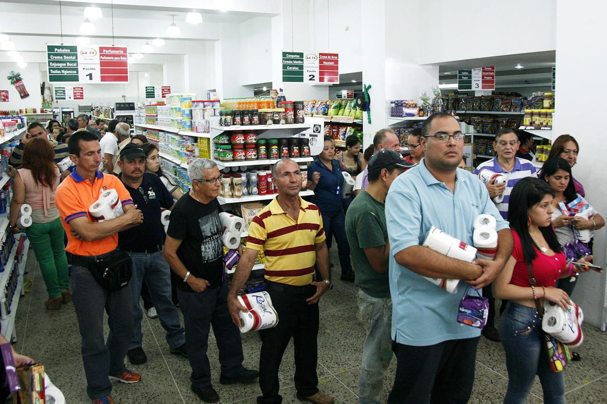 ВВенесуэле стали взвешивать деньги для оплаты покупок