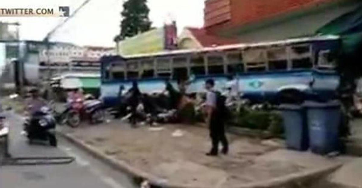 ВТаиланде автобус сбил 12 человек ипротаранил 18 авто