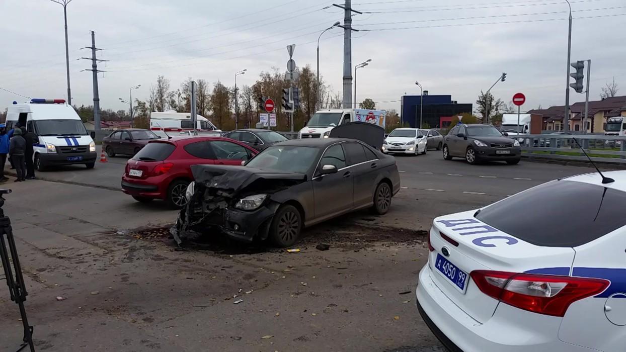 Вседорожный автомобиль Merсedes сбил двоих натротуаре вцентральной части Москвы