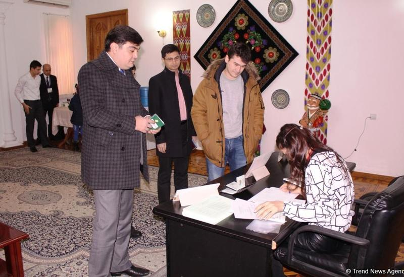 "Граждане Узбекистана голосуют на избирательном участке в Баку <span class=""color_red"">- ФОТО</span>"