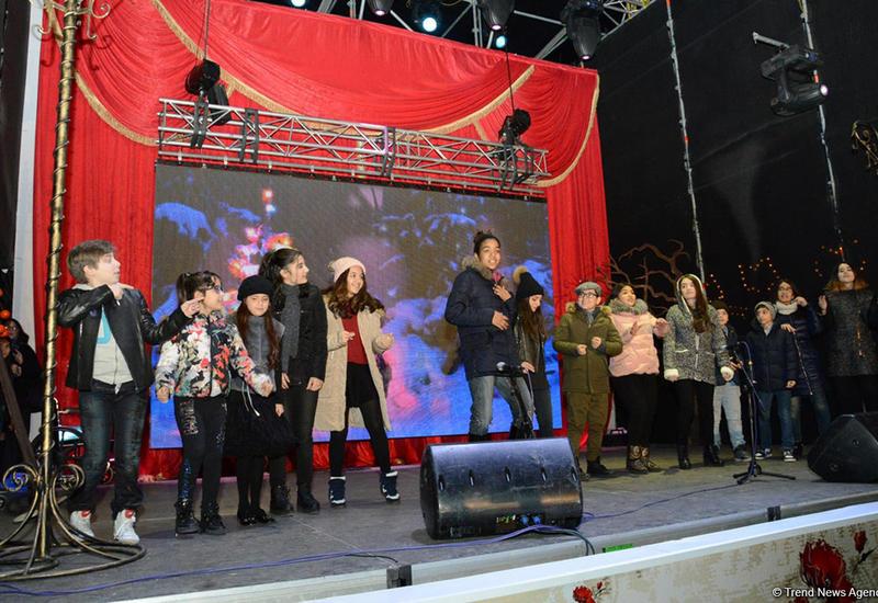 """Тысячи бакинцев посетили открытие благотворительной ярмарки """"Холодные руки - горячее сердце"""" <span class=""""color_red"""">- ФОТО</span>"""