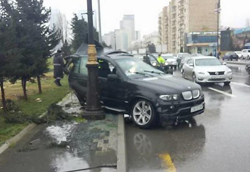 """Bakıda qəza: """"BMW"""" iki yerə bölündü <span class=""""color_red"""">- FOTOLAR</span>"""