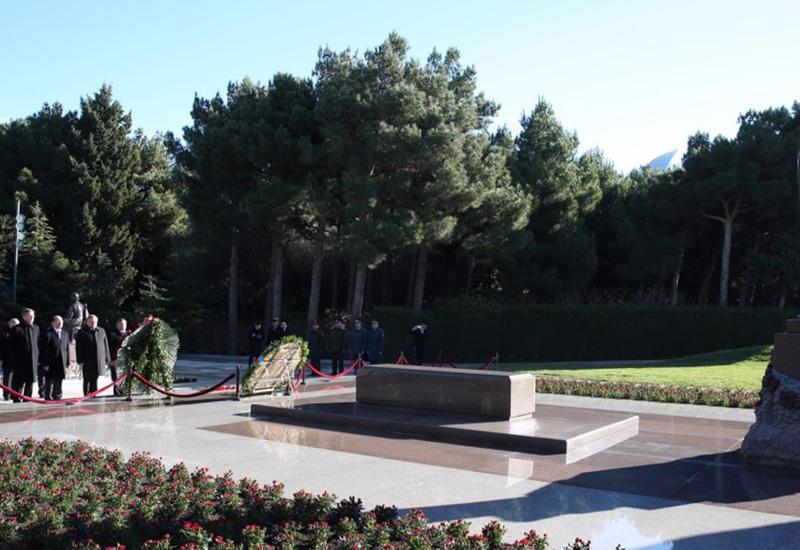 Послы стран-членов СНГ в Азербайджане посетили могилу великого лидера Гейдара Алиева