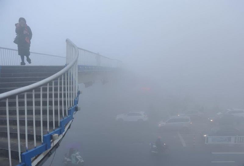 Китай задыхается от аномального смога - ФОТО