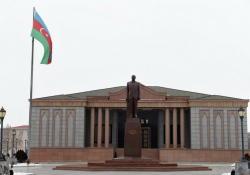 Президент Ильхам Алиев посетил памятник Общенациональному лидеру Гейдару Алиеву в Нахчыване