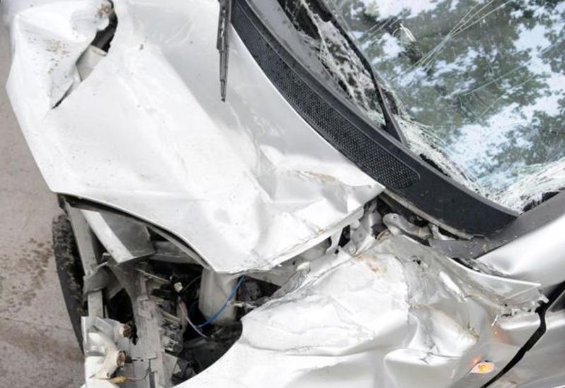Mercedes aşdı: ər yaralandı, xanımı həlak oldu