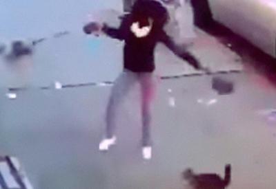 """Женщина пытается защитить свою собаку от дикой кошки <span class=""""color_red"""">- ВИДЕО</span>"""