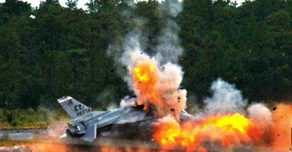 ВТаиланде истребитель разбился наавиашоу