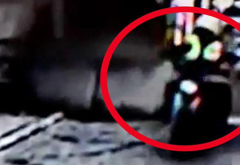 """Türkiyədə bina çökdü: polis məmuru son anda xilas oldu <span class=""""color_red"""">- VİDEO</span>"""