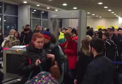 """В Домодедово пассажиров задержали из-за укравшего спасательный жилет <span class=""""color_red"""">- ВИДЕО</span>"""
