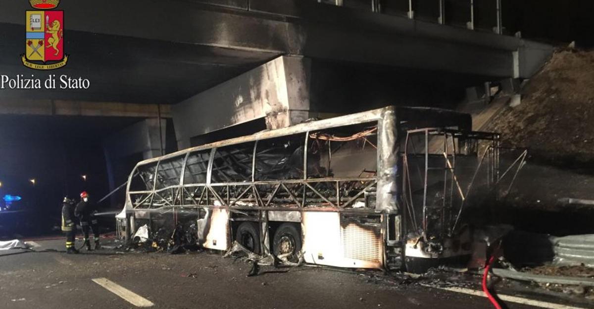 ВИталии зажегся автобус сдетьми, погибли 16 человек