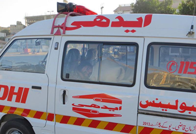 В Пакистане поезд столкнулся с автоцистерной с нефтью, есть жертвы
