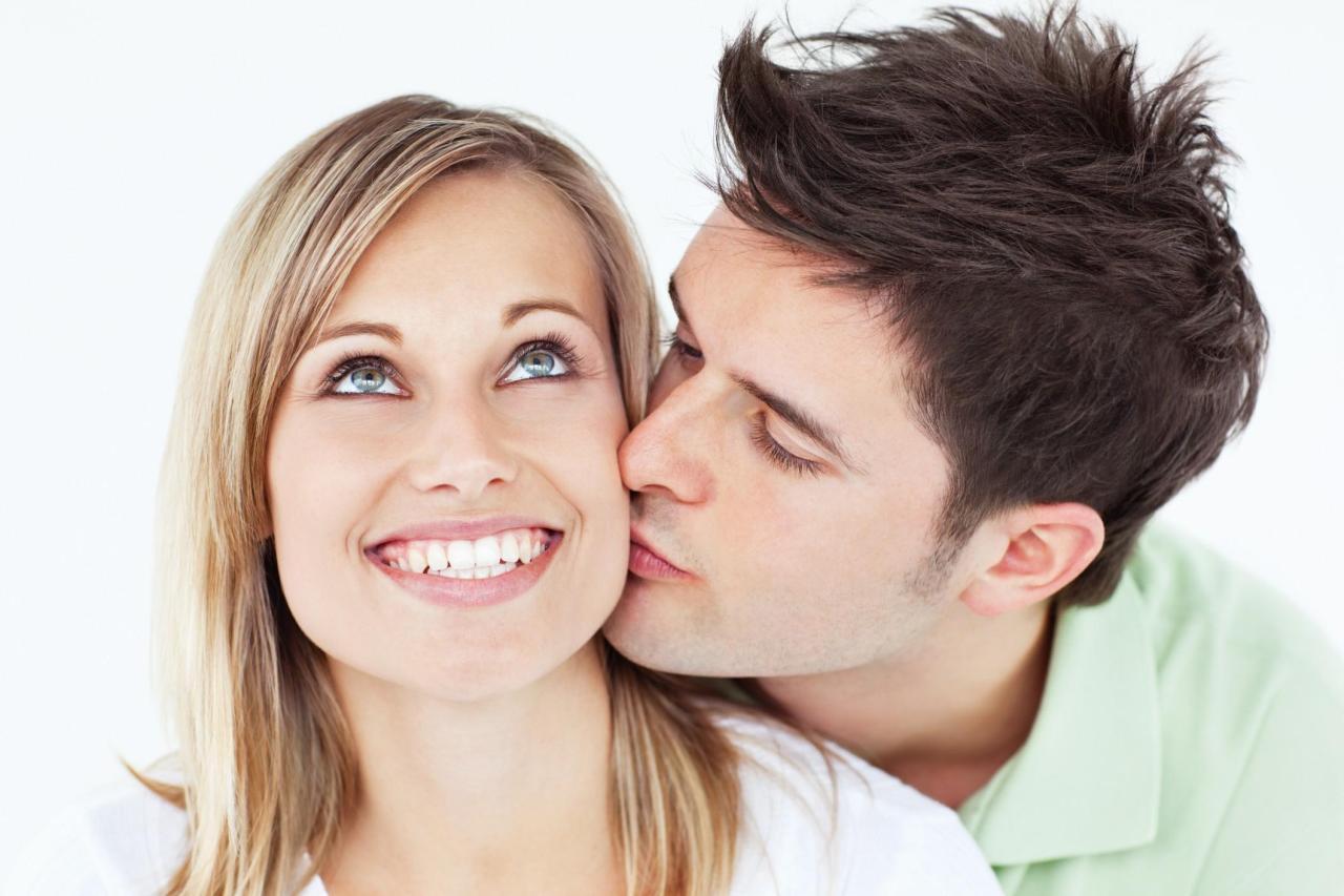 Фото как девушка целует парня в щечку