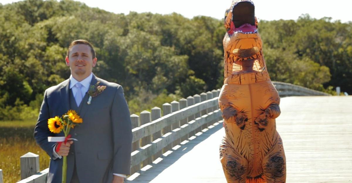ВСША невеста пришла нацеремонию вкостюме тиранозавра— Незабываемая свадьба