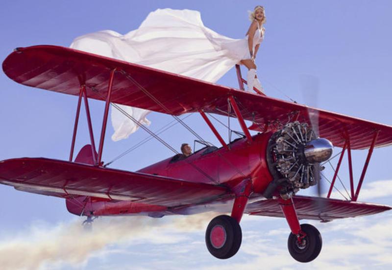 "Рианна прокатилась на крыше самолета <span class=""color_red"">- ФОТО</span>"