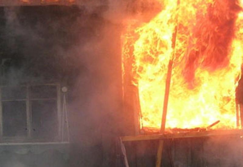 В Гяндже в жилом здании произошел пожар, эвакуированы жильцы