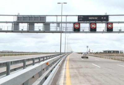 В Баку снижена скорость движения на некоторых дорогах