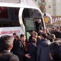 """Эрдоган спас своего охранника из-под колес автобуса <span class=""""color_red"""">- ВИДЕО</span>"""