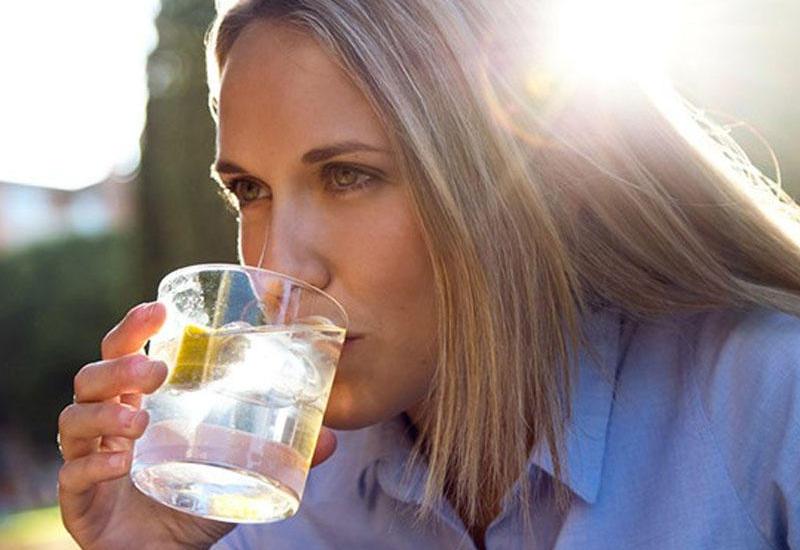 """Səhərlər ilıq, limonlu su için <span class=""""color_red"""">İNANILMAZ FAYDALARI</span>"""