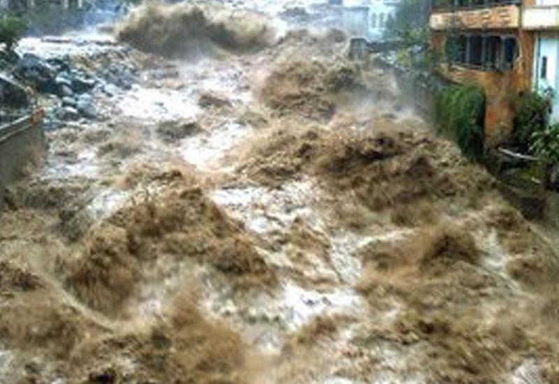 """В Иране мужчина погиб, пытаясь сделать селфи во время наводнений <span class=""""color_red"""">- ВИДЕО</span>"""