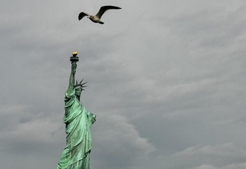 На статуе Свободы в США появился плакат в поддержку беженцев