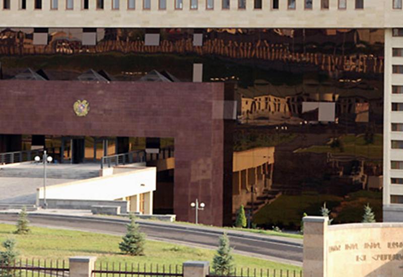 В Ереване стреляют: пьяный протаранил ворота Минобороны Армении