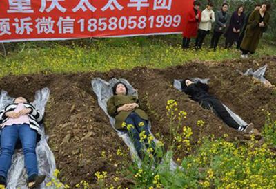 """Отчаявшихся женщин кладут в могилы, чтобы научить их ценить жизнь <span class=""""color_red"""">- ВИДЕО</span>"""