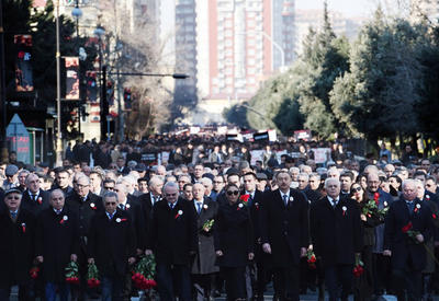 """Президент Ильхам Алиев и Первый вице-президент Мехрибан Алиева приняли участие в шествии в связи с 25-ой годовщиной Ходжалинского геноцида <span class=""""color_red"""">- ФОТО</span>"""