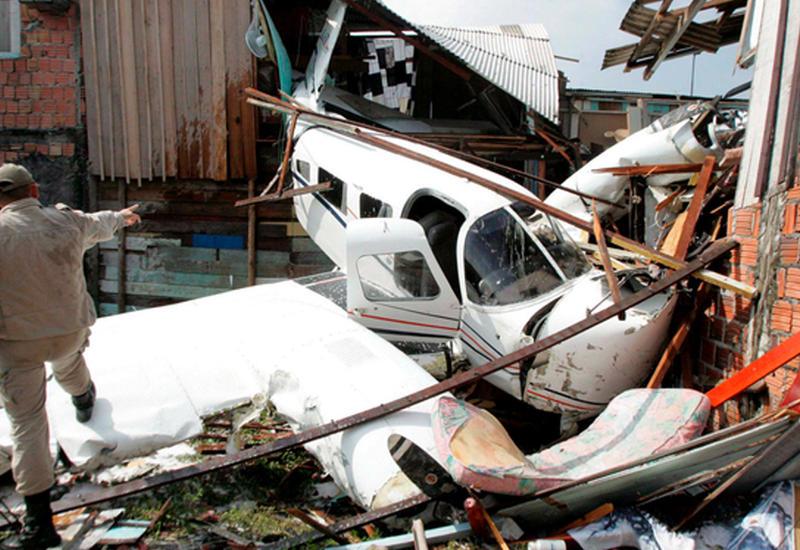 """В США самолет рухнул на жилые дома, есть жертвы <span class=""""color_red"""">- ОБНОВЛЕНО - ВИДЕО</span>"""