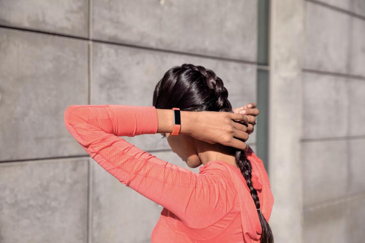 Фитнес-браслет Fitbit AltaHR регулярно отслеживает пульс