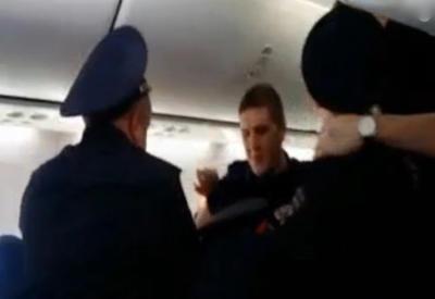 """Российского волейболиста высадили из самолёта за слишком длинные ноги <span class=""""color_red"""">- ВИДЕО</span>"""