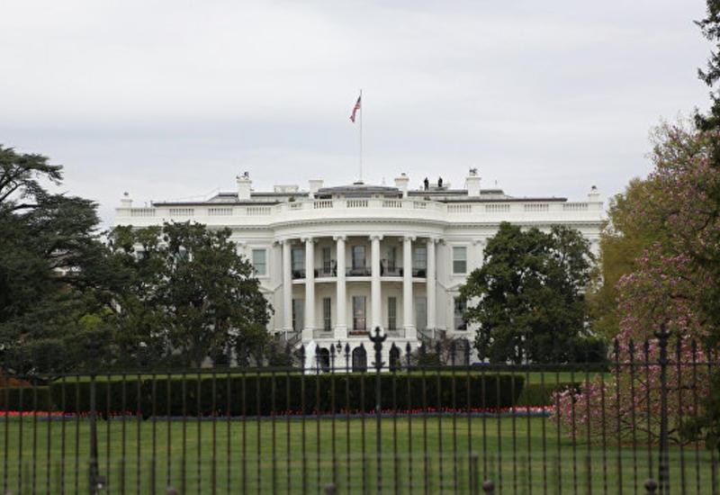 Женщина зацепилась шнурками, пытаясь перелезть через забор Белого дома