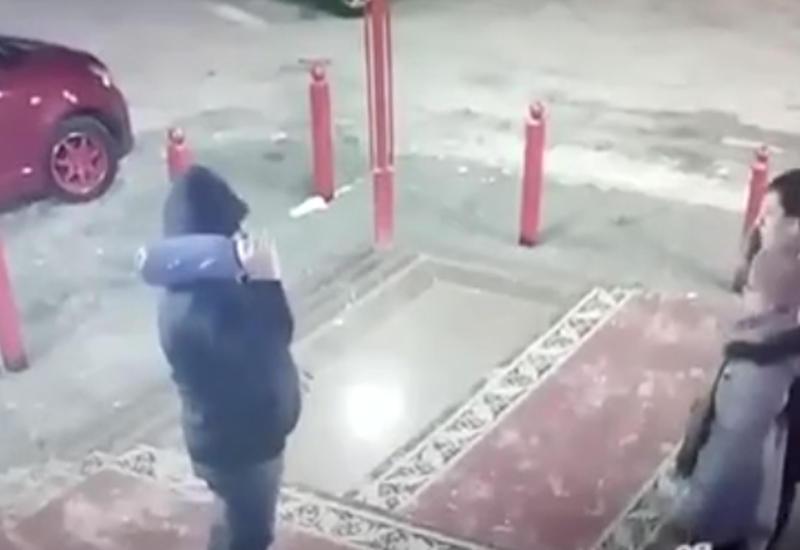 """В России мужчина избил женщину с ребенком из-за конфликта в очереди <span class=""""color_red"""">- ВИДЕО</span>"""