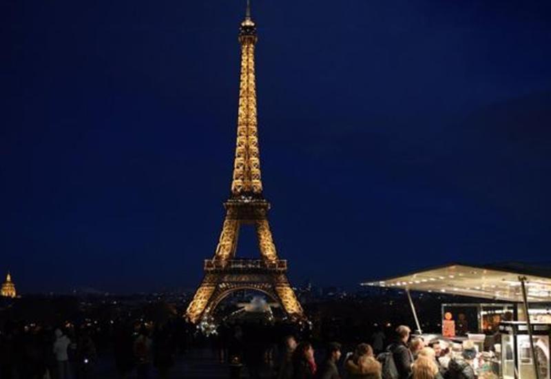 На Эйфелевой башне погасли огни в знак солидарности с Лондоном