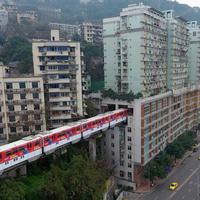 """В Китае поезд проходит через центр 19-этажного жилого дома <span class=""""color_red"""">- ВИДЕО</span>"""