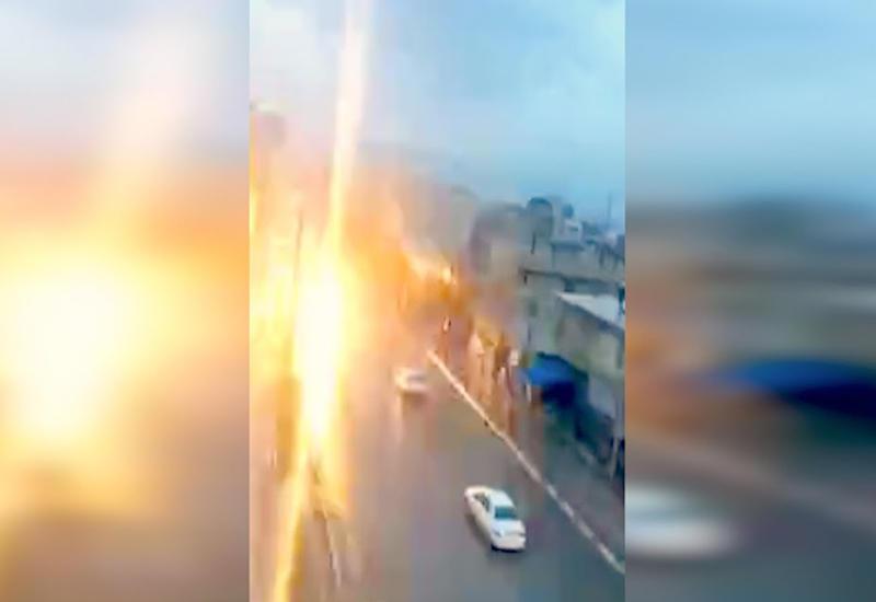 "В Иране молния ударила в пассажира внутри автомобиля <span class=""color_red"">- ВИДЕО</span>"