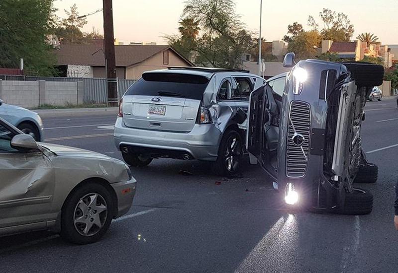 """Беспилотное такси угодило в первую аварию <span class=""""color_red"""">- ВИДЕО</span>"""