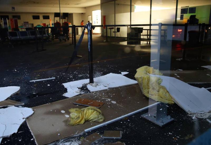 """В индонезийском аэропорту потолок обрушился на людей <span class=""""color_red"""">- ВИДЕО</span>"""