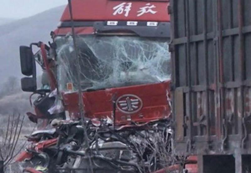 В Китае столкнулись 22 грузовика, есть погибшие