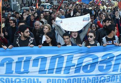 Оппозиция Армении устроила шествие в центре Еревана